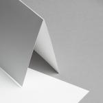 Metallics schimmernd Karten 150 x 150 mm hochdoppelt Weiß mit Blauschimmer