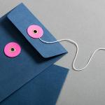 Enveloppe C6 bleue avec rondelle par ficelle en rose
