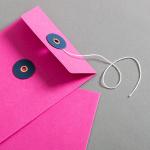 Enveloppe C6 rose avec rondelle par ficelle en bleue