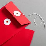Enveloppe C6 Rouge avec rondelle par ficelle en blanc