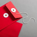 Enveloppe DIN long Rouge avec rondelle par ficelle en blanc