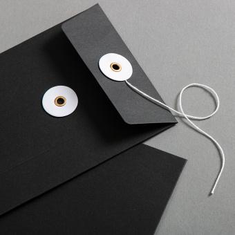 Umschlag C6 Schwarz mit weißem Bindfadenverschluss