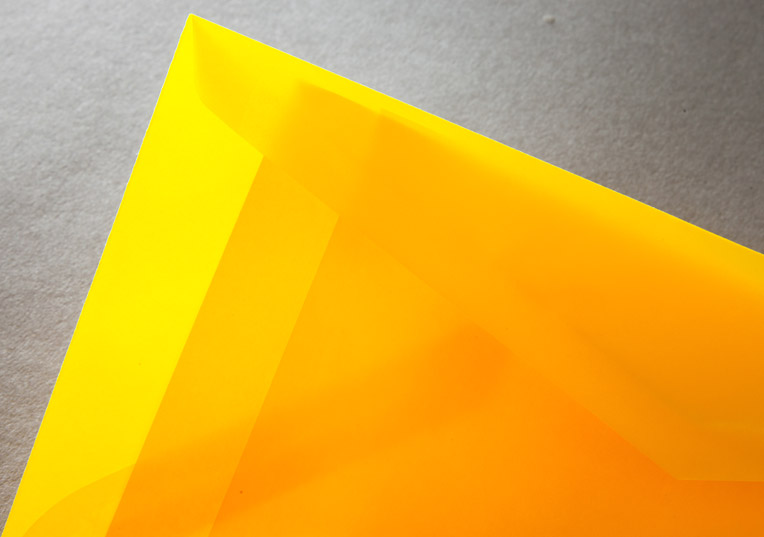 transparent-farbige-briefumschlaege