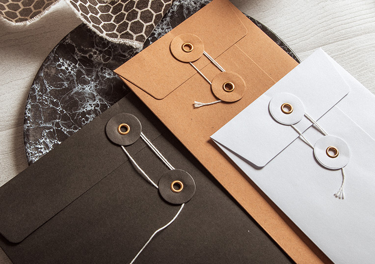 Enveloppes avec fermeture par ficelle